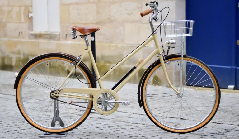 Une bicyclette beige pour Camille